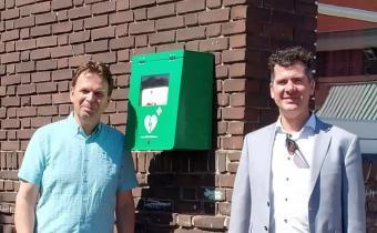 Schooldirecteur René Luijken en wethouder Jürgen Vissers bij  AED BS De Grienden