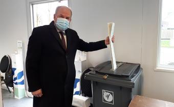 Burgemeester Gert de Kok brengt stem uit