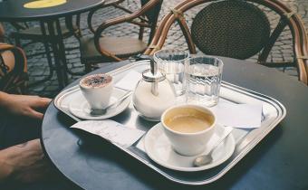 Kopje koffie op het terras